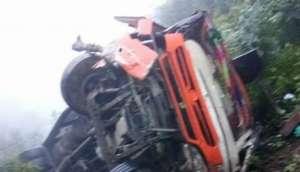 बैतडीमा बस दुर्घटना:  चालकसहित १४ जना घाइते, राजमार्ग ठप्प