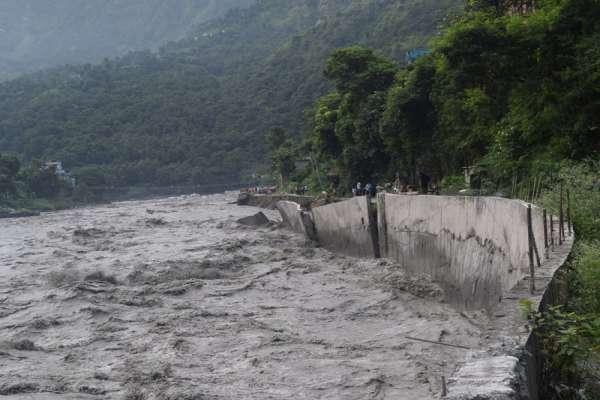 नदी कटानको चपेटामा बेनी र गलेश्वर बजार