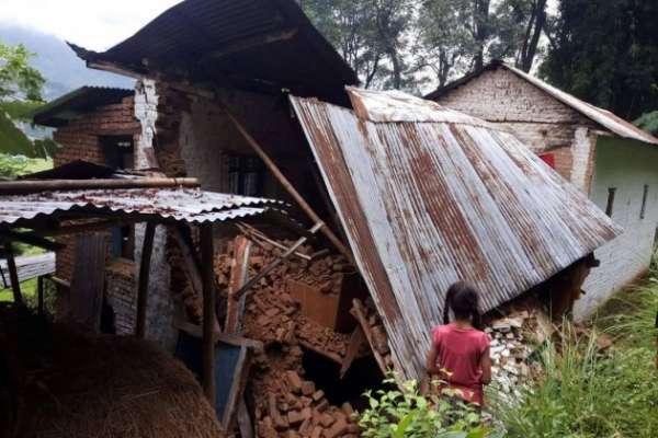 पर्वतको पाङमा भूक्रम्पले एक घर ध्वस्त