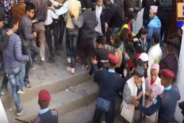 महाशिवरात्रीमा बाबाहरुको रोचक कृयाकलापसँगै सशस्त्र पुलिसको लाठीचार्ज भिडियोमा हेर्नुहोस