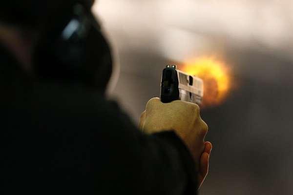 कोरोनाको कारण घरमै बस्न गरेको आग्रह नमानी गफ गरेर बसेको निउमा ५ जनाको गोली हानी हत्या