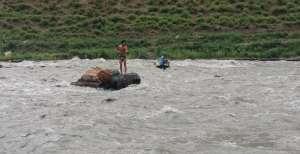 भेरी नदीमा फसेका युवाको प्रहरीले यसरी उद्धार गर्यो (फोटो/भिडियो)